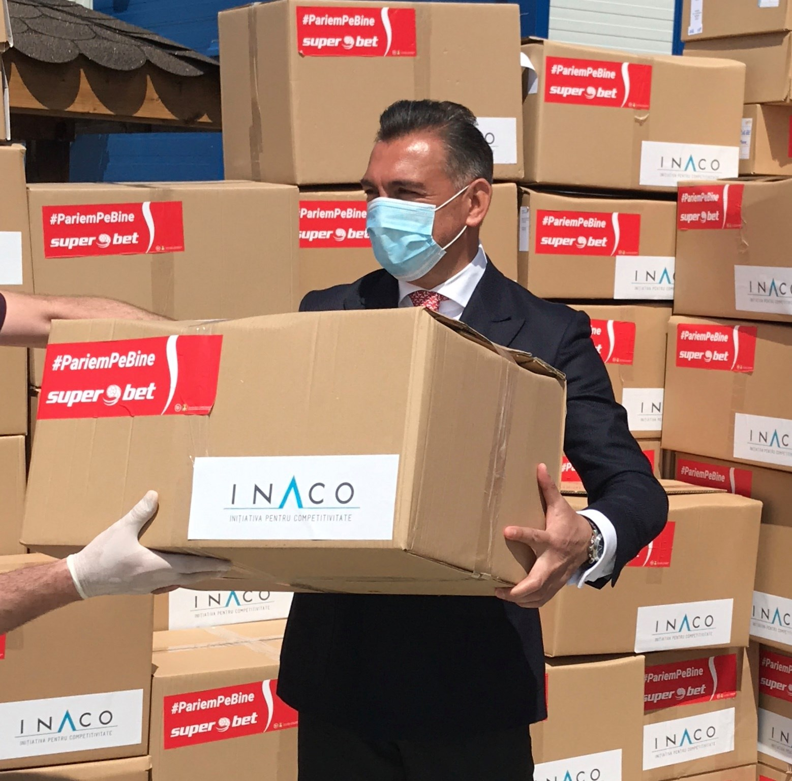 Echipamente de protecție și biocide pentru 30 de spitale din România, în prezența lui Ilie Dumitrescu, ambasadorul campaniei Superbet #PariemPeBine